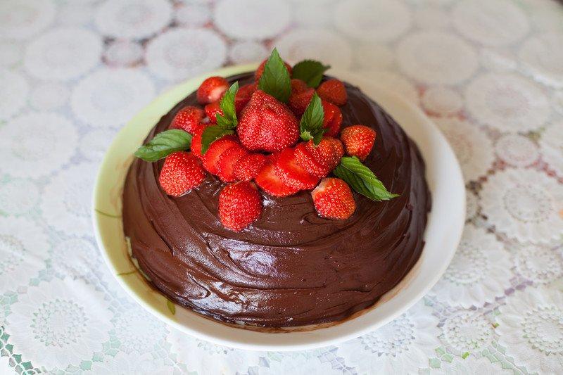przepis na tort-mus czekoladowo truskawkowy bez pieczenia