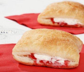Przepis na francuskie ciastka nadziewane serkiem i truskawkami