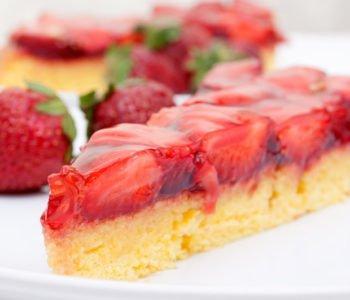 Przepis na łatwe ciasto z galaretką i truskawkami