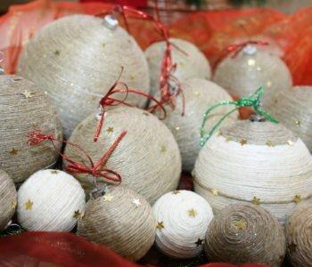 Świąteczne bombki ozdobione sznurkiem
