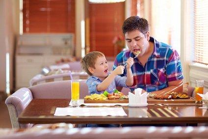 Dziecko karmi ojca