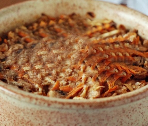 Pieczona-owsianka-z-jabłkiem-marchewką-i-serkiem-wiejskim