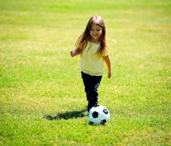 Piłka w akcji! 10 pomysłów na zabawę z piłką