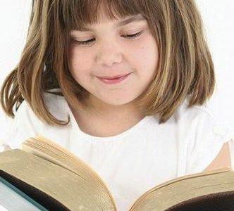 Czytająca dziewczynka