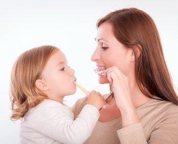 przyczyny brązowych zębów u dziecka