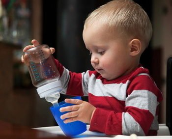 Kubek niekapek w ręku dziecka