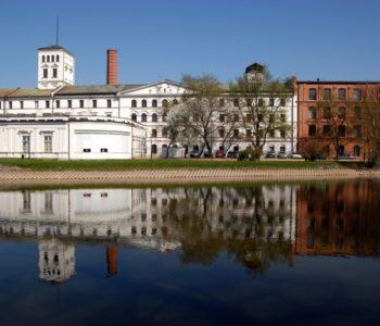 Centralne Muzeum Włókiennictwa - siedziba od strony parku