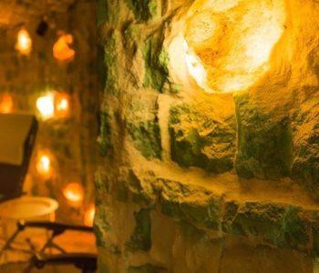Zbliżenie ściany solnej we wnętrzu Jaskini Solnej Almonis w Warszawie