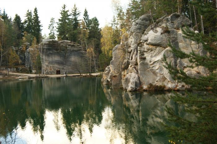 Skalne Miasto w Adrspach Czechach - jezioro