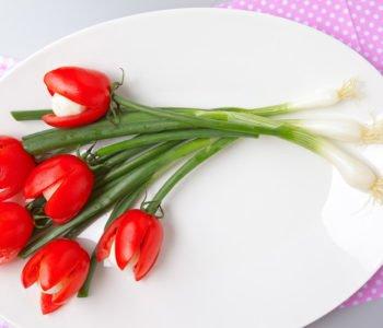 Przepis na wiosenne tulipany z pomidorków i mozzarelli