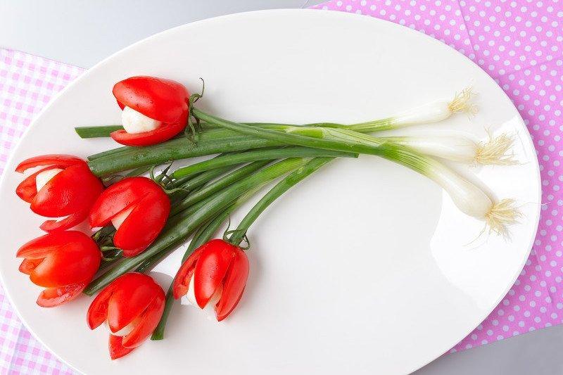 przepis na tulipany z pomidorków i mozzarellu