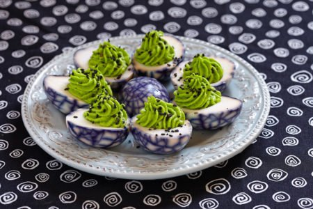 przepis na jajka marmurkowe faszerowane wasabi i awokado