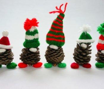 Szyszkowe Mikołaje i skrzaty w czapeczkach