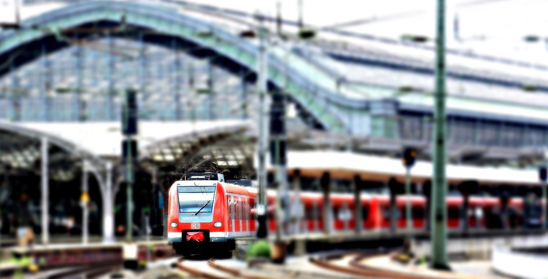 Jedzie pociąg z daleka, piosenka dla dzieci tekst i melodia