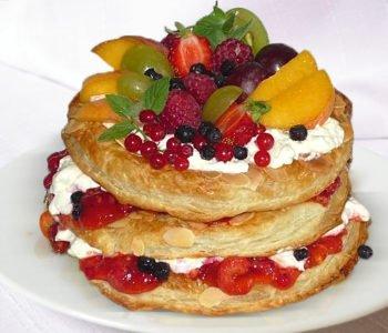 Przepis na tort owocowy z ciasta francuskiego