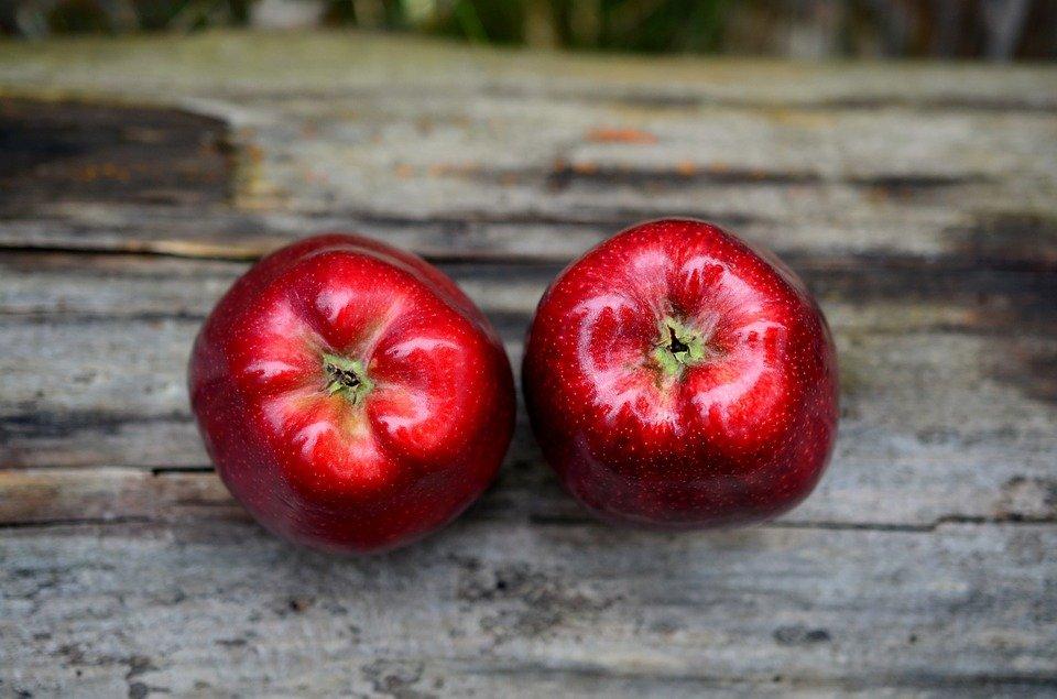 Andrzejkowa wróżba z jabłkiem