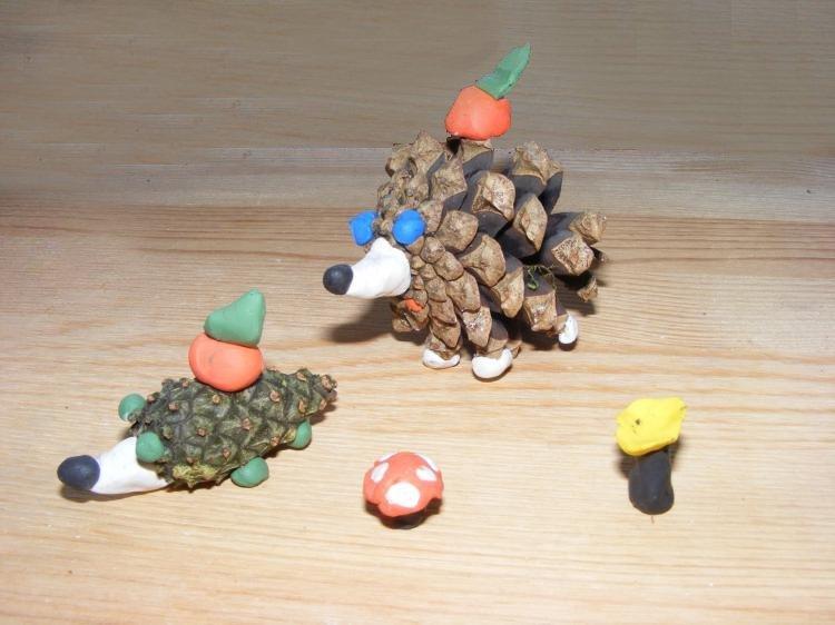jeżyki z szyszek zabawa