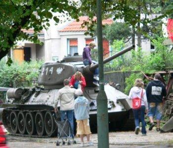Czołg T-34 czeka na małych czołgistów