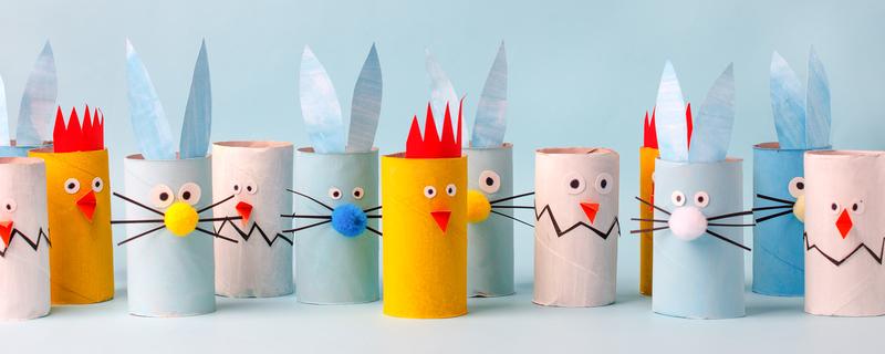 Wielkanocne ozdoby robione dziećmi kurczaki i króliki z rolek po papierze toaletowym zabawa plastyczna