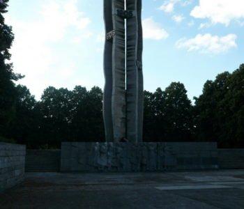 Pomnik i Parkowe stawy