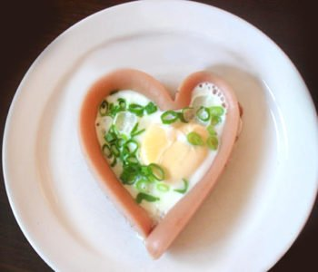 Jajko sadzone w serduszku z parówki