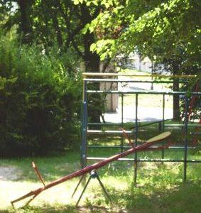 zacieniony plac zabaw na Wołyńskiej