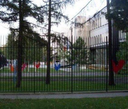 Kolorowe kury pod ambasadą Francji