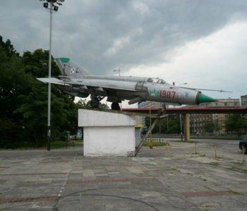 Samolot pod Halą Sportową