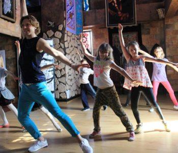 Warsztaty taneczne, aktorskie i wokalne, nauka gry na instrumencie, praca z kamera i przygotowanie do egzaminów do szkół artystycznych. Warsztaty dla młodzieży id zieci.