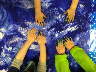 Malowanie rękami przez dzieci