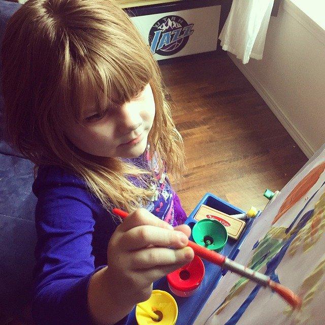 malująca dziewczynka