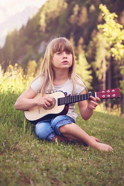 dziecko i gitara