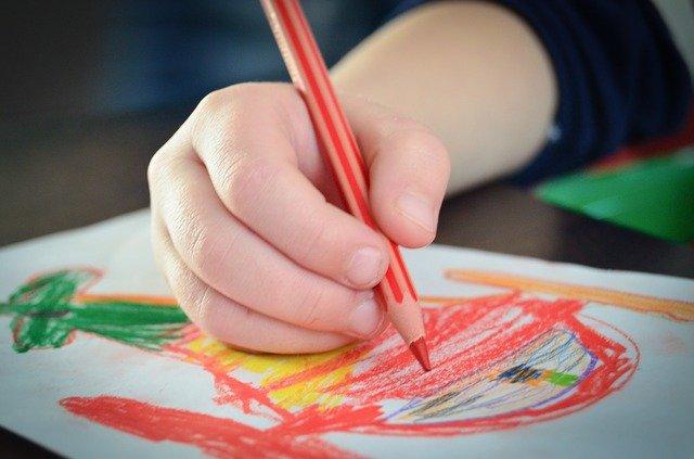 dziecko podczas rysowania