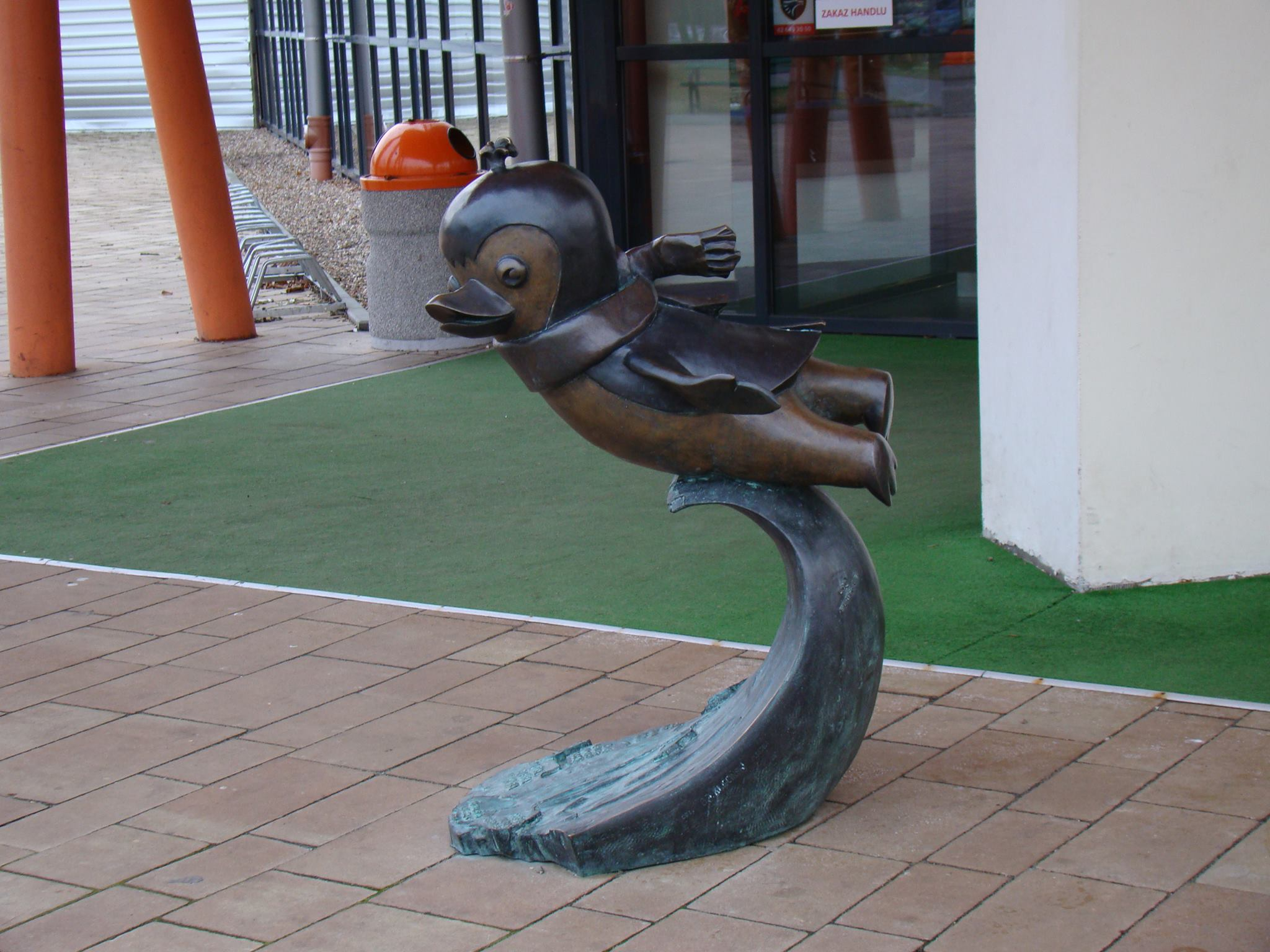 Pingwin Pik Pok - rzeźba przez Aquaparkiem Fala w Łodzi