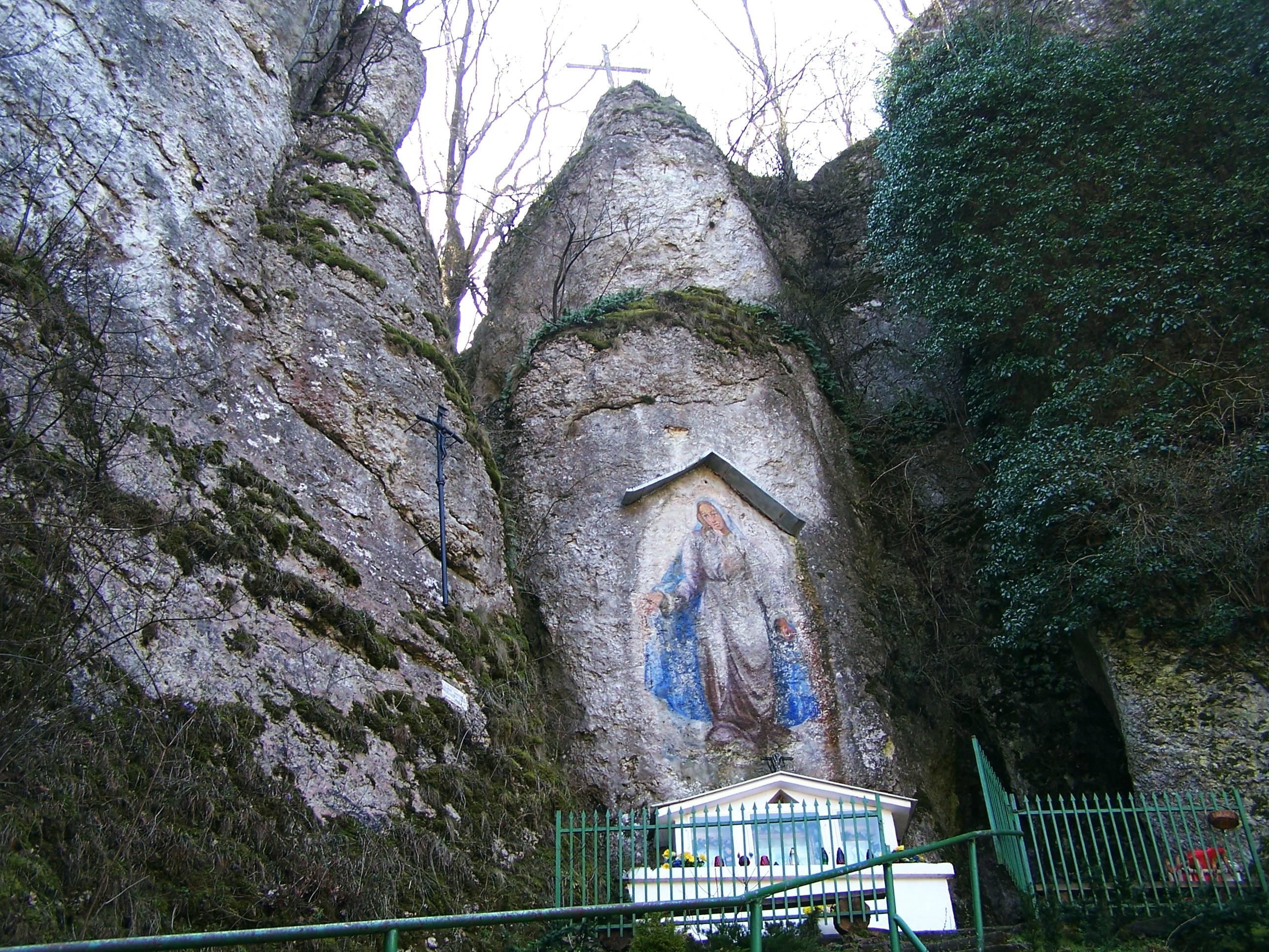Dolina Mnikowska - kilkumetrowy wizerunek Matki Boskiej namalowany na skale