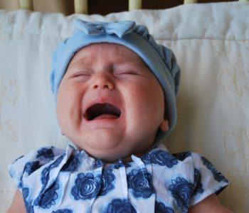 Noworodek płacze przy zakładaniu czapki. Nadwrażliwość dziecka na dotyk