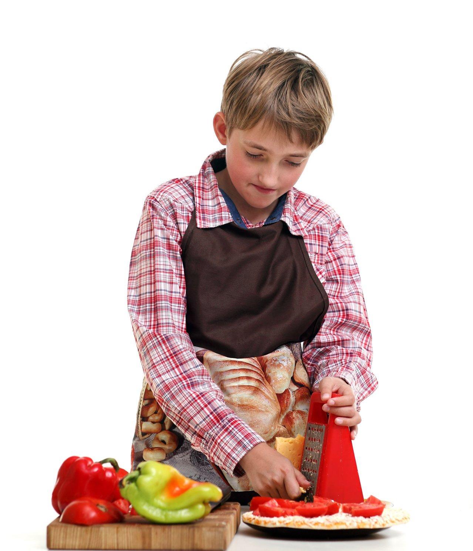 chłopiec gotuje