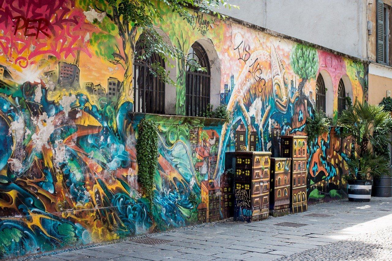 Graffitti mural na ścianie bundynku w Mediolanie