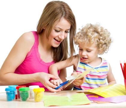 Dziecko bawi się z mamą prasowanki zielona sowa