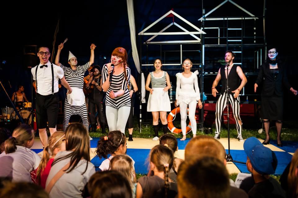 Scena ze spektaklu Pippi Pończoszanka w ramach akcji Lato w teatrze 2016