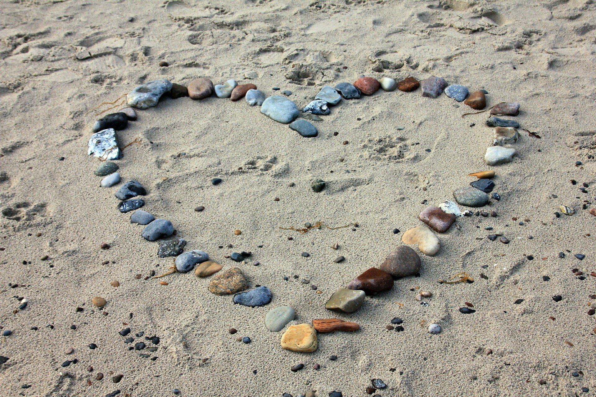 Serce z kamyków zabawy na plaży