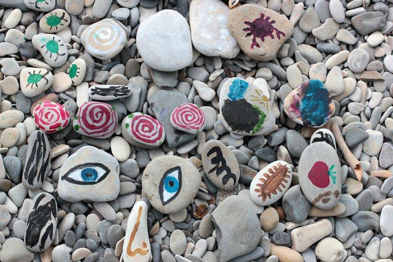Malowanie kamieni na plaży zabawy dla dzieci