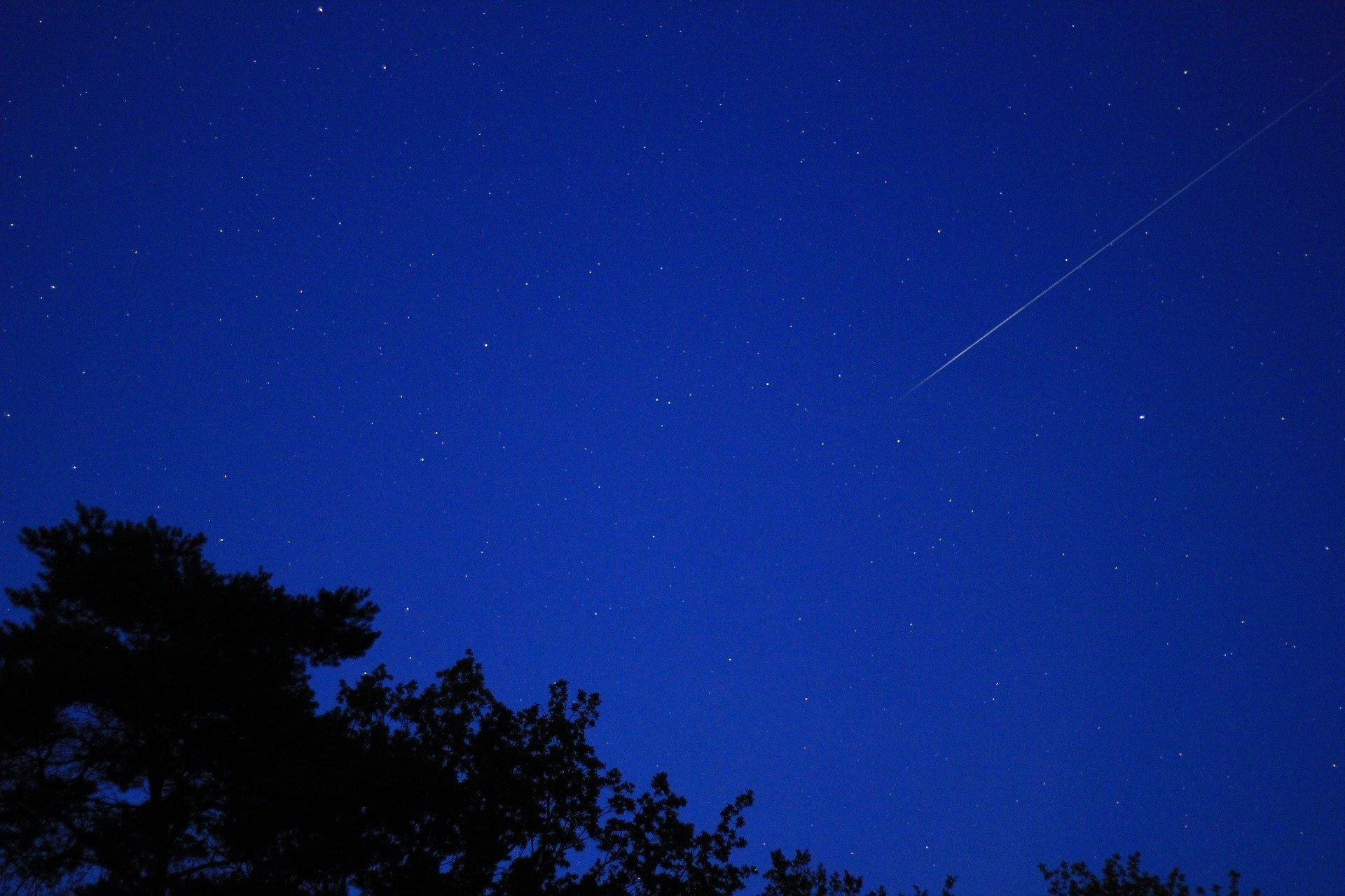 Spadająca gwiazda - nocne niebo