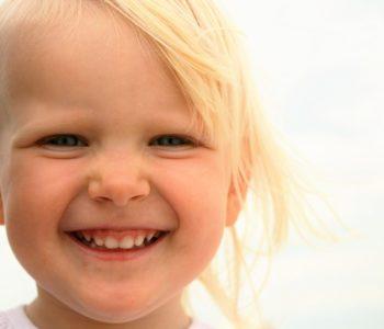 dziewczynka uśmiech lato zęby