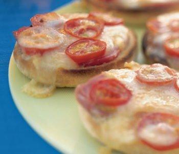 Przepis na mini tosty serowe, pomysł na ciepłą kolację