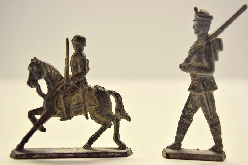 Motanki kontra żołnierzyki ołowiane