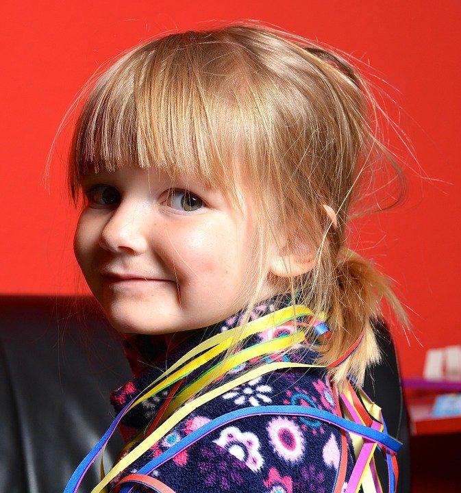 Uśmiechnięta dziewczynka - integracja w przedszkolu