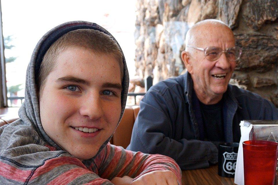 ekran z dziadkiem nastolatek