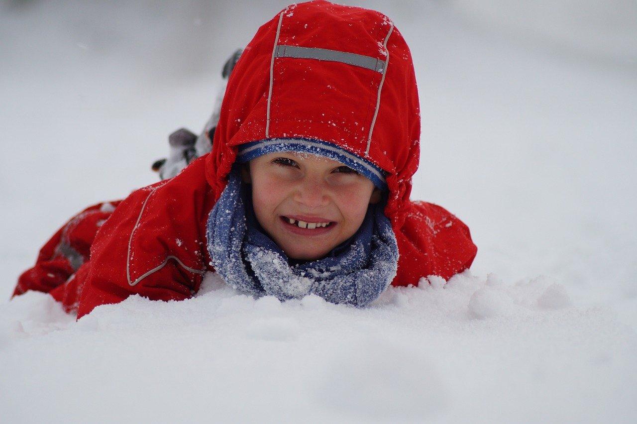 pixabay dziecko śnieg zima zabawa