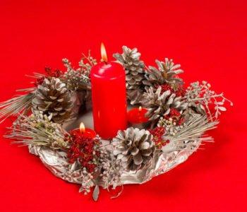 Wianek z szyszek na świąteczny stół